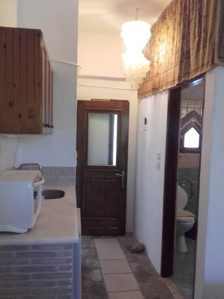 Küchenbereich und Badezimmer